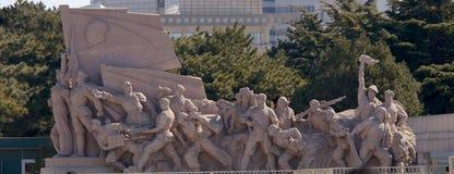 Socialistisk skulptur utanför mausoleet av Mao Zedong i den Tiananmen fyrkanten i Peking, Kina Royaltyfria Foton