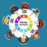Socialt begrepp för vektor för nätverksanvändninglägenhet: personal runt om tabellen royaltyfri illustrationer