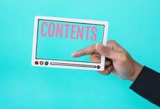 Socialt inneh?ll och online-marknadsf?ra begrepp med den manliga handen som rymmer fram av den video filmen och text p? bl? f?rgb arkivfoto