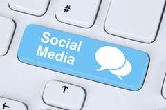 Socialt massmedia eller nätverksinternet som knyter kontakt online-kamratskap Royaltyfri Foto