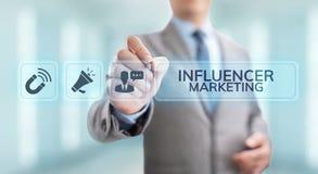 Socialt massmedia för Influencer marknadsföring som annonserar affärsidé på skärmen arkivbild