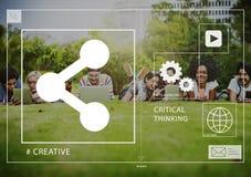 Socialt massmedia för vänner som förbinder dela utomhus begrepp arkivbild