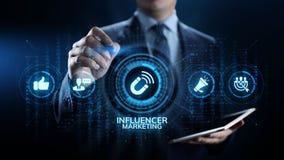 Socialt massmedia f?r Influencer marknadsf?ring som annonserar aff?rsid? p? sk?rmen arkivbild