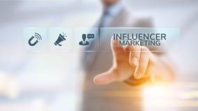Socialt massmedia f?r Influencer marknadsf?ring som annonserar aff?rsid? p? sk?rmen arkivbilder