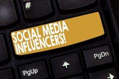 Socialt massmedia Influencers för ordhandstiltext Affärsidé för uppvisning vem har ett anseende för deras kunskap arkivfoto