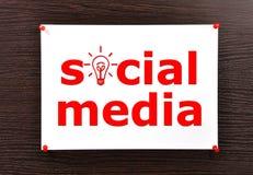 Socialt massmedia på väggen Arkivfoton