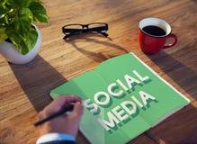 Socialt massmedia som knyter kontakt anslutningskommunikationsbegrepp Fotografering för Bildbyråer