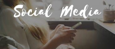 Socialt massmedia som knyter kontakt informationsinternetbegrepp Royaltyfri Foto