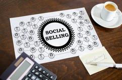 Socialt säljande begrepp på ett papper arkivbilder