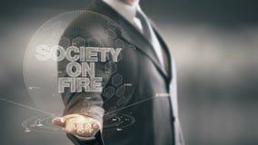 Sociedad en tecnologías disponibles de Holding del hombre de negocios del fuego las nuevas almacen de metraje de vídeo