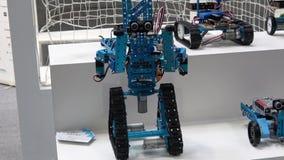 Società cinese di Makeblocks con i robot sulla mostra CeBIT 2017 a Hannover Messe, Germania stock footage
