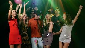 Società dei giovani e gay che ballano nella a stock footage
