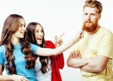 Società dei tipi dei pantaloni a vita bassa, del ragazzo rosso barbuto dei capelli e delle studentesse divertendosi insieme gli a Immagine Stock
