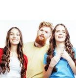 Società dei tipi dei pantaloni a vita bassa, del ragazzo rosso barbuto dei capelli e delle studentesse Immagine Stock Libera da Diritti