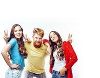 Società dei tipi dei pantaloni a vita bassa, del ragazzo rosso barbuto dei capelli e delle studentesse Fotografia Stock Libera da Diritti