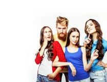 Società dei tipi dei pantaloni a vita bassa, del ragazzo rosso barbuto dei capelli e delle studentesse Fotografie Stock Libere da Diritti