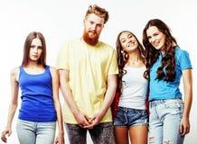 Società dei tipi dei pantaloni a vita bassa, del ragazzo rosso barbuto dei capelli e delle studentesse Immagine Stock