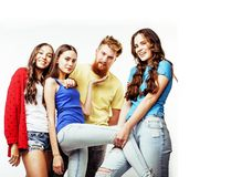 Società dei tipi dei pantaloni a vita bassa, del ragazzo rosso barbuto dei capelli e delle studentesse Fotografia Stock