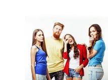 Società dei tipi dei pantaloni a vita bassa, del ragazzo rosso barbuto dei capelli e delle studentesse Immagini Stock Libere da Diritti