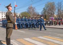 Società del marzo degli ufficiali di polizia stradale sulla parata Fotografia Stock