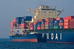 Società russa di Hyundai della nave porta-container dell'isola dell'autocisterna di Bunkering Baia del Nakhodka Mare orientale (d Fotografie Stock