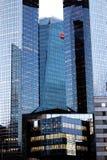Societe Generale bank- och förtroendehögkvarter i området för LaförsvarParis affär Frankrike Arkivfoton