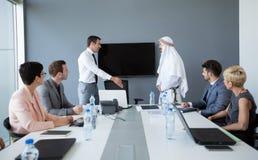 Socio árabe de la idea de la presentación del trabajo en equipo imagen de archivo libre de regalías