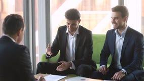 Socio caucásico del apretón de manos árabe del hombre de negocios cantar el contrato de sociedad internacional almacen de video