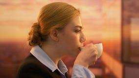 Socio joven de la compañía que goza del café de la mañana, carrera acertada, felicidad almacen de video