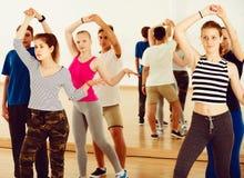 Socios adolescentes que estudian el baile de la danza del socio Imagen de archivo libre de regalías