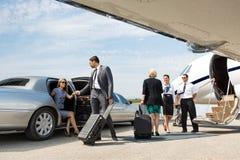 Socios comerciales alrededor para subir al jet privado Foto de archivo libre de regalías