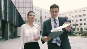 Socios comerciales confiados y acertados que hacen negocio al aire libre en su manera de trabajar almacen de metraje de vídeo