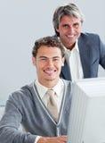 Socios comerciales confidentes que trabajan en un ordenador Fotografía de archivo