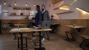 Socios comerciales en la reunión informal en café almacen de video