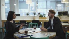 Socios comerciales en la reunión La señora discute estrategia con un hombre almacen de metraje de vídeo