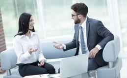 Socios comerciales que discuten documentos de negocio antes de firmar el contrato Fotografía de archivo
