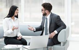 Socios comerciales que discuten documentos de negocio antes de firmar el contrato Imagen de archivo
