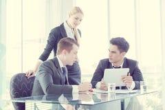 Socios comerciales que discuten documentos e ideas en la reunión Foto de archivo