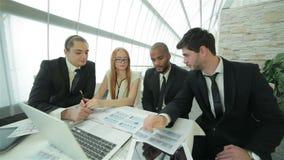 Socios comerciales que encuentran con a clientes