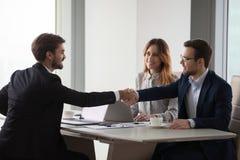 Socios comerciales que sacuden las manos que negocian en la reunión de la oficina, concepto de la colaboración fotografía de archivo