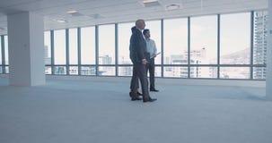 Socios comerciales que trabajan junto en oficina
