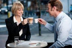 Socios comerciales que tuestan el café en el café foto de archivo libre de regalías