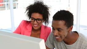 Socios creativos que trabajan junto en el ordenador
