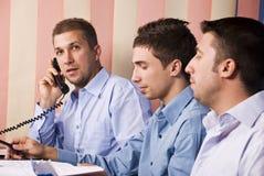 Socios de los hombres de negocios en el funcionamiento de la oficina Foto de archivo libre de regalías