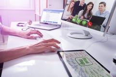 Socios de Video Conferencing With del empresario en el ordenador fotos de archivo