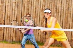 Socios del tenis del doble mezclado que esperan la bola Fotos de archivo