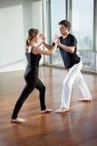 Socios jovenes que practican ejercicio de la yoga imágenes de archivo libres de regalías