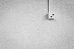 Sockel auf einer weißen Wand Stockfotos