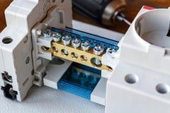 Sockel, Drahtverteiler und Leistungsschalter auf der Montageplatte Lizenzfreie Stockfotos