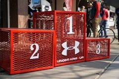 Sockel för att tilldela vinnaren och pristagarna av konkurrensen, röd stålvinnareplattform royaltyfri fotografi